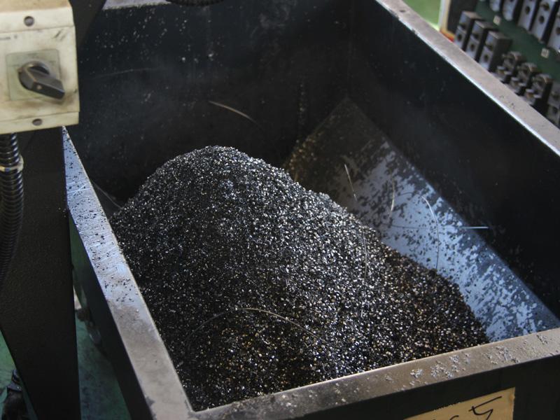 工作機械からは削りクズが大量に出てくる。この鉄クズは、切削油がついているのでリサイクルできない。業者が引き取り、鉄の質が影響しないものの原料になる