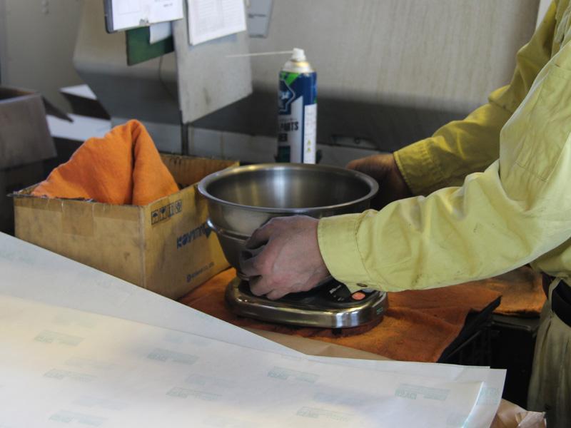 完成した釜は切削油をキレイにふき取り重さを量って検査する