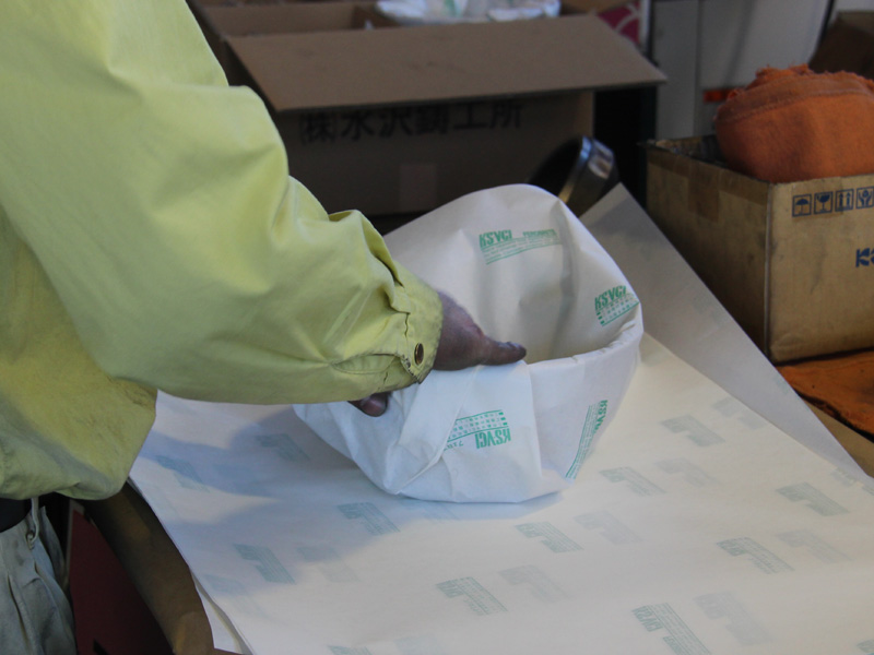 輸送中に錆びてしまうので、防錆紙で釜を丁寧に包んで出荷する