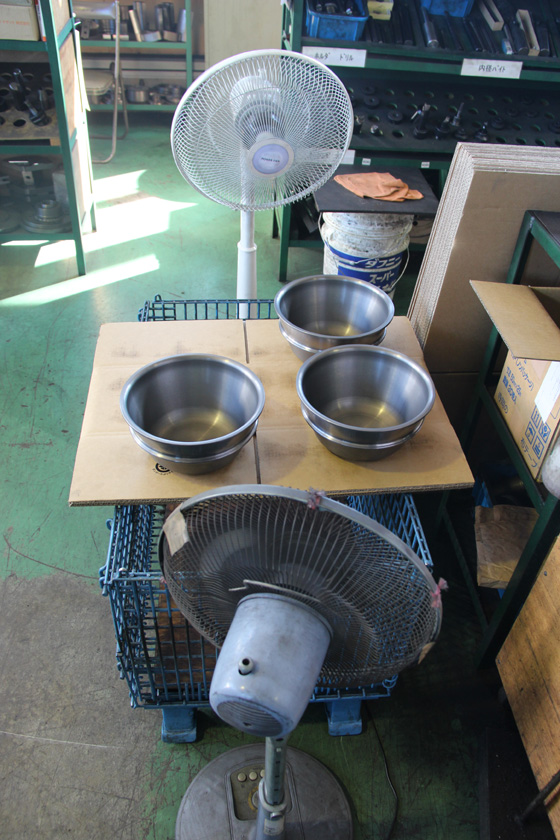 防錆紙で包んでも錆びてしまう場合もあるので、完成後はしばらく扇風機に当てて乾かす。これも職人の知恵!
