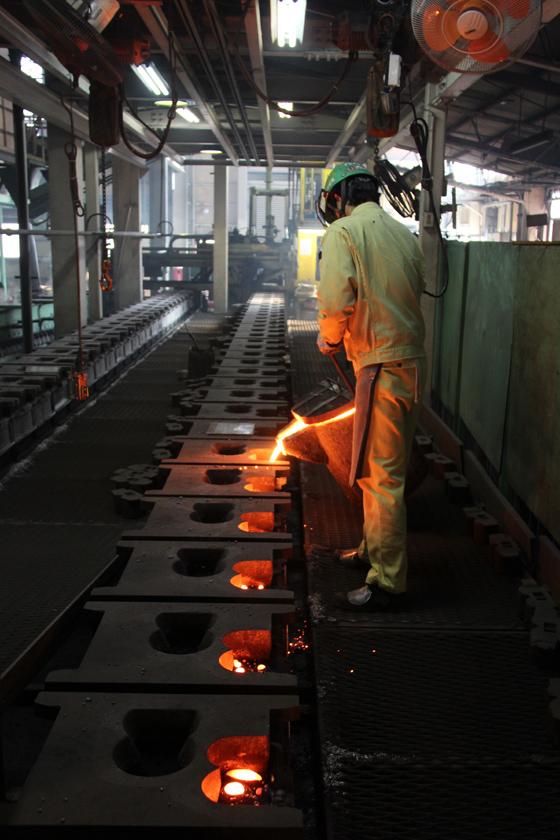製造ラインが組まれているものの、1日100個程度しか作れないという内釜。それだけ職人の手作業が多いということだ