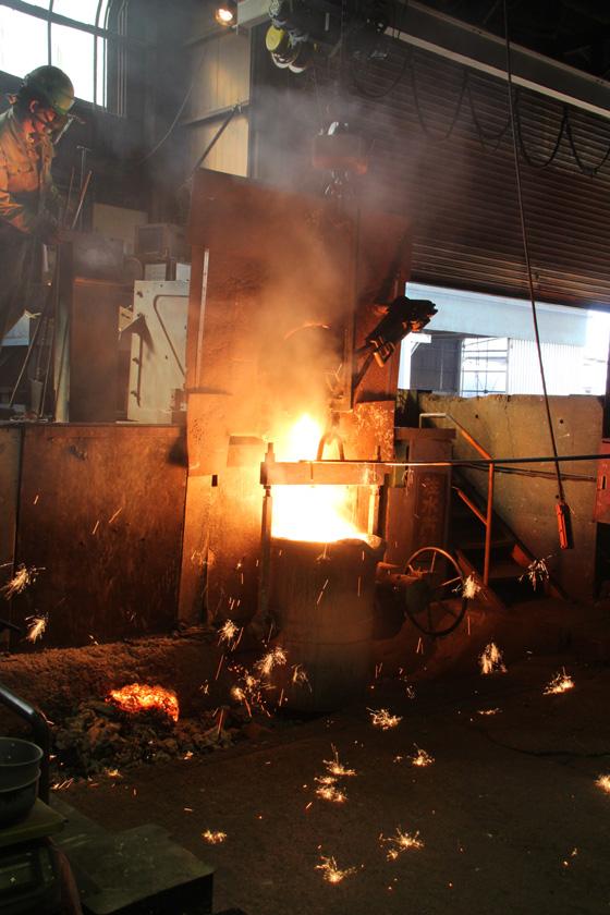 100%鉄製の内釜の製造には、多くの危険な作業がともなうことも見学できた