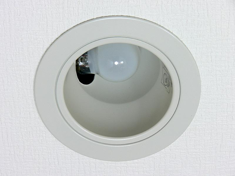 """<strong class="""""""">【ミニクリプトン電球:40W】</strong><br class="""""""">小型のダウンライト(開口部の直径は75mm、深さは80mm)にミニクリプトン電球を取り付けた様子。電球はほとんど横向きになる"""