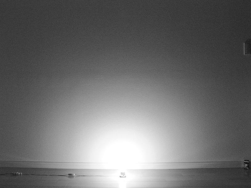 """<strong class="""""""">【PARATHOM E17 LDA6LGE17】</strong><br class="""""""">光源部を中心に、床面も含み四方八方に光が拡散している。ミニクリプトン電球の光の広がりとほとんど変わらず、放熱部の影響も見られない"""