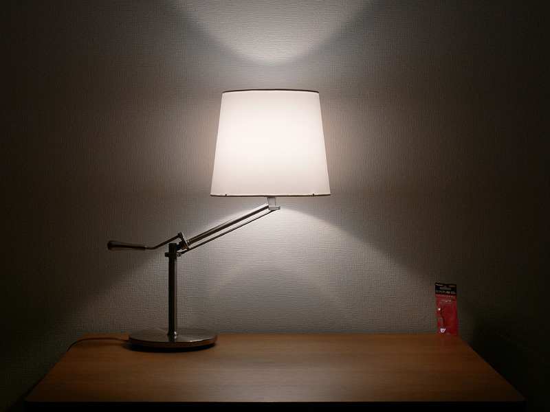 "<strong class="""">【ミニクリプトン電球】</strong><br class="""">シェードは中心からまんべんなく光り、シェードの上下からほぼ同じ明るさの光が漏れる"