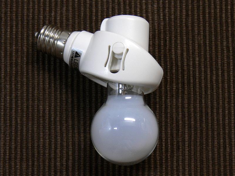 小型電球形蛍光灯と比較するため、ダウンライトには斜め付けダウンライト用可変式ソケット「RITEX E17LED電球専用 可変式ソケット DS17-10」を取り付けて撮影している