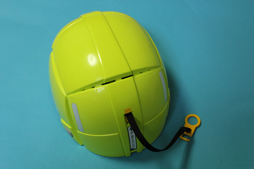 背後のストラップを引っ張るとすぐにヘルメットの形になる