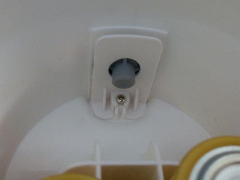 プッシュボタンの裏は柔らかい樹脂部品になっており、機構部分のスイッチに力を伝える