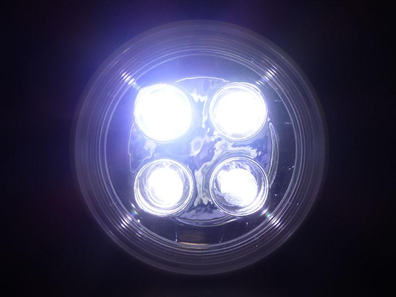 正面から見ると各LEDの前にレンズがあるのがわかる
