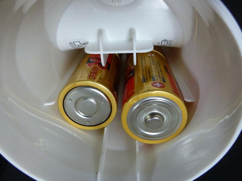 単一乾電池を入れた状態。この状態で機構部分でフタをし、前面カバーをはめる