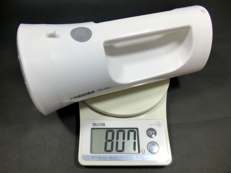乾電池を入れると807gになる。単一乾電池は重い