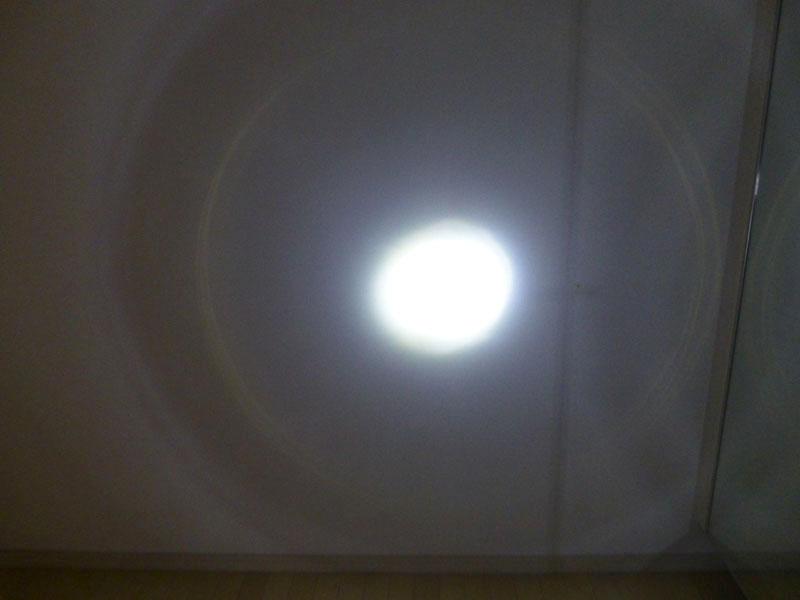 1mほど離れた壁を照らす。周囲も暗いというほどではないが、なにしろ中心部が明るい