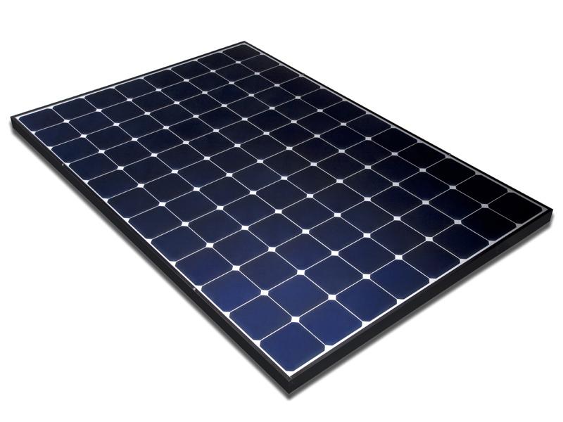 産業用は、固定買取価格が42円/kWhとなる今年いっぱいが大きな勝負になるという。写真は12×8の96セルの産業用「E20-327W」