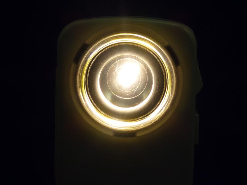 点灯すると反射板全体が光る