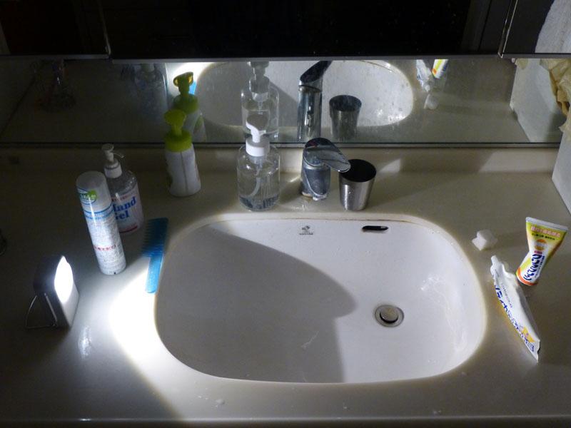 照射範囲が広いのでランタンに近い使い方ができる。洗面台に置いた例