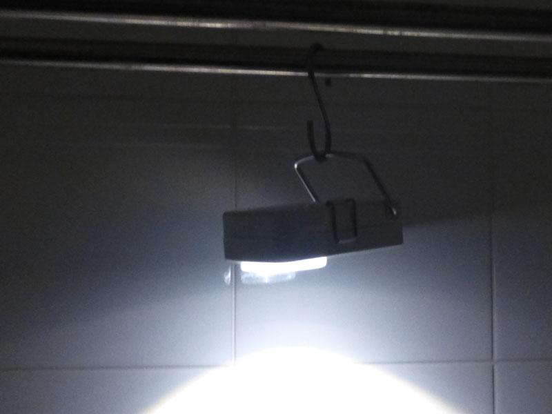 フックがあれば、取っ手を使って下を照らすことができる