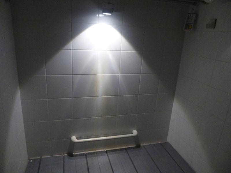 浴室を照らした例。浴槽全体が照らされる