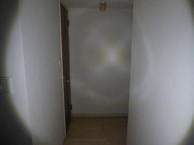 2m先の廊下を照らす。周囲の壁も明るい