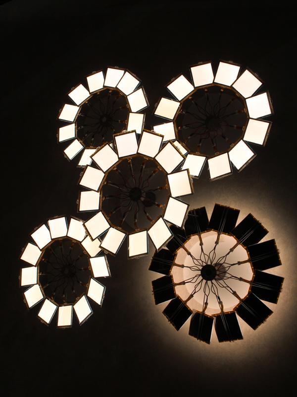 ひまわりのようなデザインの「Wind-Mill Luminaire」