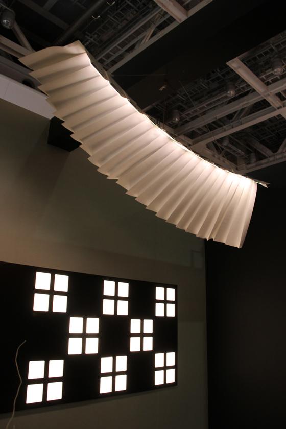 天井付近には、紙のシーリングも設置されていた。これも有機EL照明を使用している