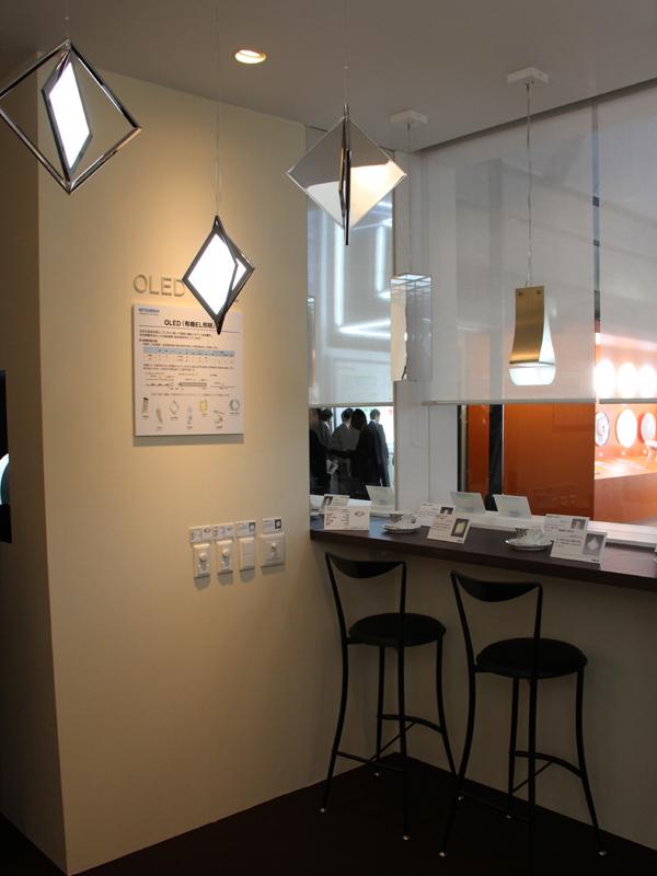 「OLED CAFE」という、有機EL照明を中心としたスペースが設けられた