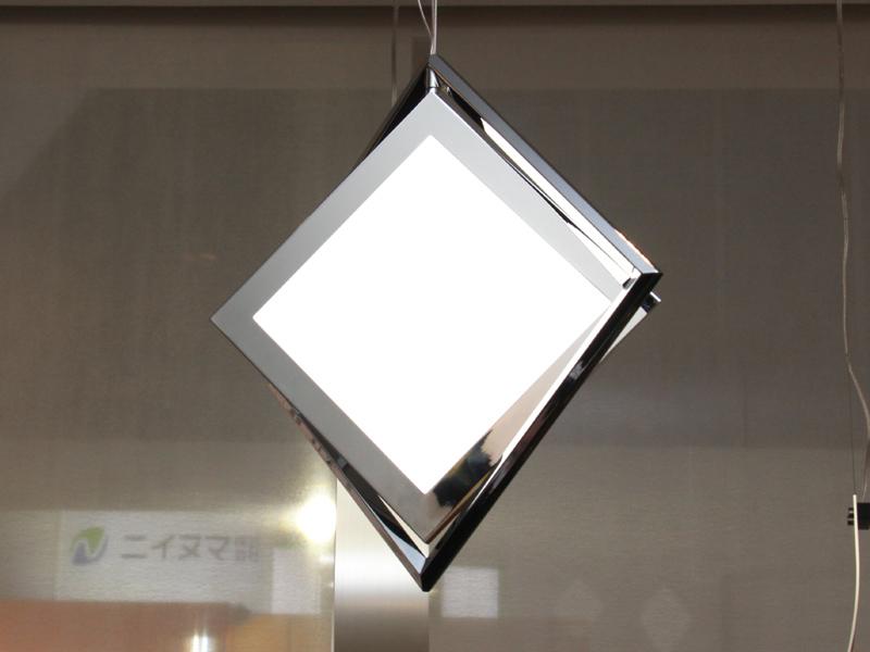 こちらは有機ELの四角形を活かした形状のペンダントライト「Luminio」