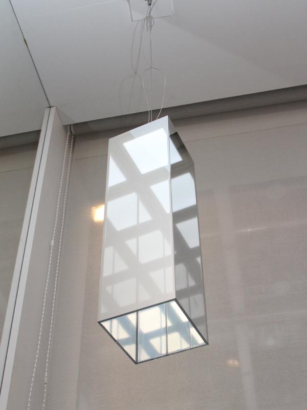 シェード内部に鏡を使い、視覚的な明るさ感を与える「Tower」