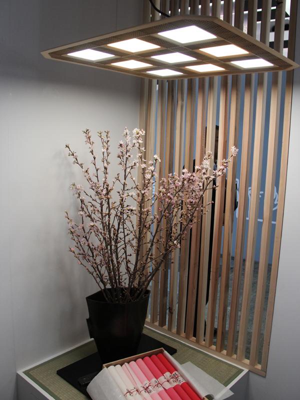 木製のフレームを採用したペンダントライト「Man Nen 灯」