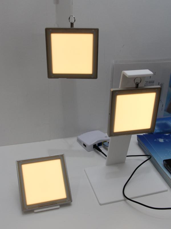 「Basic-01」も、電池内蔵式で持ち運べる有機EL照明