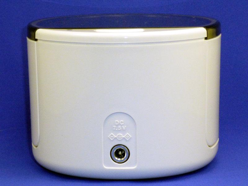 ACアダプターの端子は、本体の裏にある