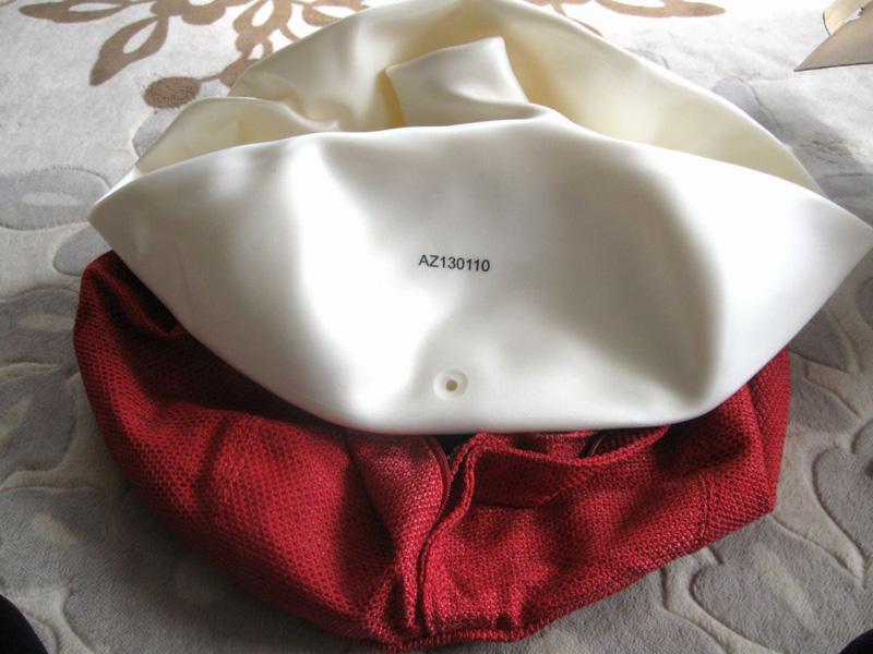 カバーをかぶせるときには、本体の空気穴とカバーのファスナーの向き(位置)を合わせるのがポイント