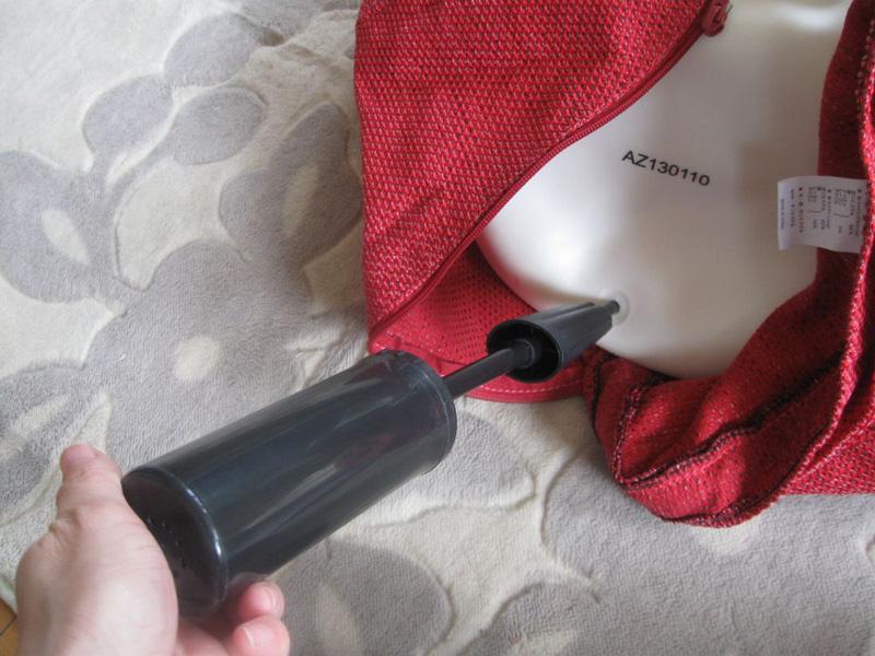 空気穴にポンプの先を差し込み、何度も上下させて空気を入れていく