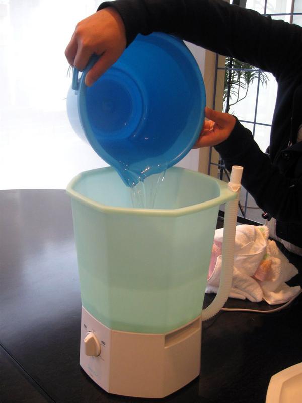 洗濯・すすぎ時の使用水量は約5L。バケツなどを使用して入れる