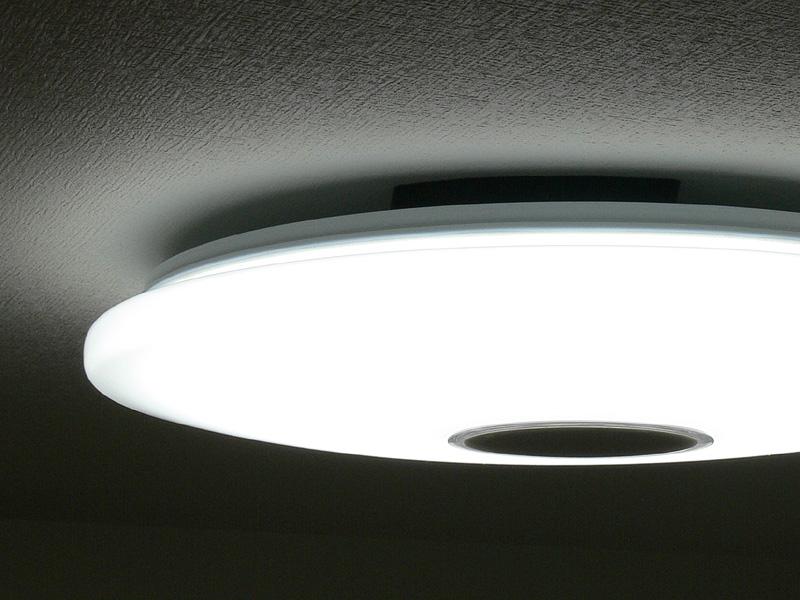 外周に向かって薄くなるデザイン。外周は30mmの厚みでせり出しており、天井面へしっかり光が拡散する