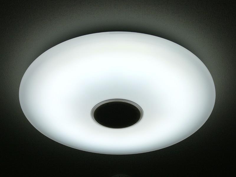 「昼光色」で点灯した器具の様子。青白い光は目覚めを促すと言われ、起床時の灯りに向く。涼しげな光色なので、夏の明かりにも良いだろう