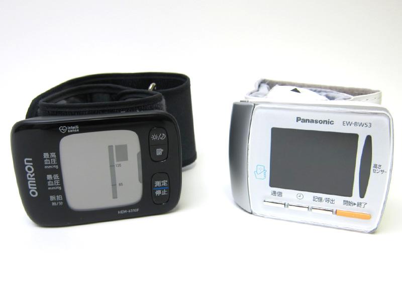 左がオムロンヘルスケア「自動血圧計 HEM-6310F」、右がパナソニックの「手首式血圧計 EW-BW53」。いずれもスマートフォンとの連携機能を搭載している