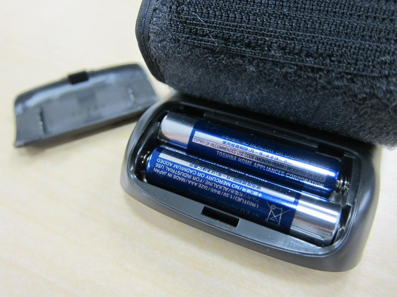 電源は付属の単四形アルカリ電池2本