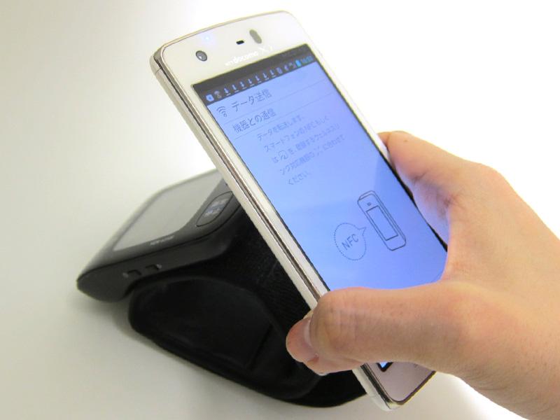 本体右側の通信エリアマークに、スマートフォンの「Felicaマーク」をタッチ