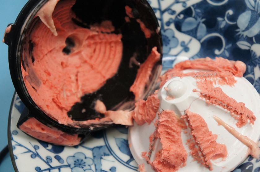 小さいお皿一杯分のヨナナスが残ってしまう。もったいないのでスプーンですくって食べている