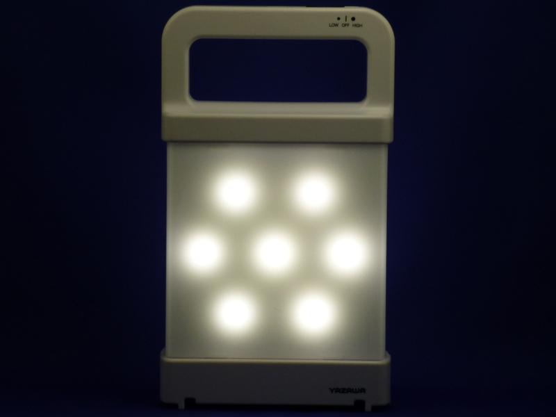 LEDを点灯した状態。片面に7つのLEDが配置されている