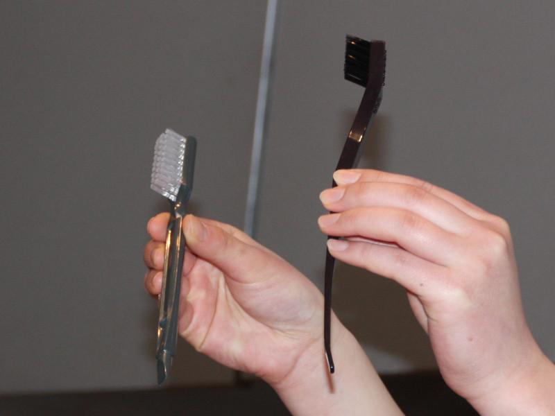 左が従来モデル、右が新モデルに付属する掃除用ブラシ。長さが長く、スリムになり、すき間に詰まった繊維もかき出せるという