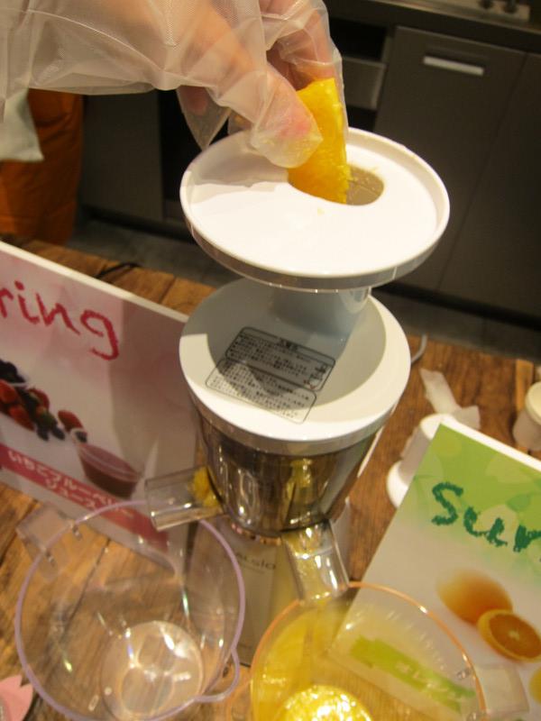 オレンジを投入した。投入口には、果物はカットしないと入らない。また、野菜や果物を投入する際は、厚い皮は剥いておく