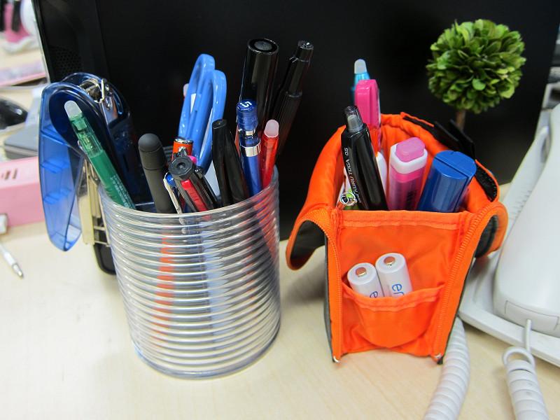 左は、デスクに据え置き型のペン立て。ネオクリッツは使わないときは収納できるので、デスクの上でかさばらないのが良い