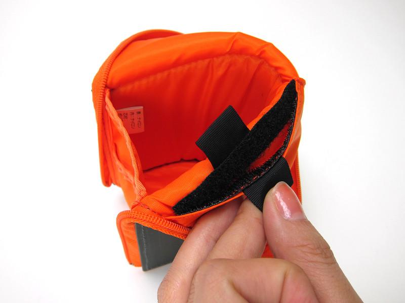 本体の折り曲げた部分には、マジックテープが付いていて、小物を入れられるポケットとなっている