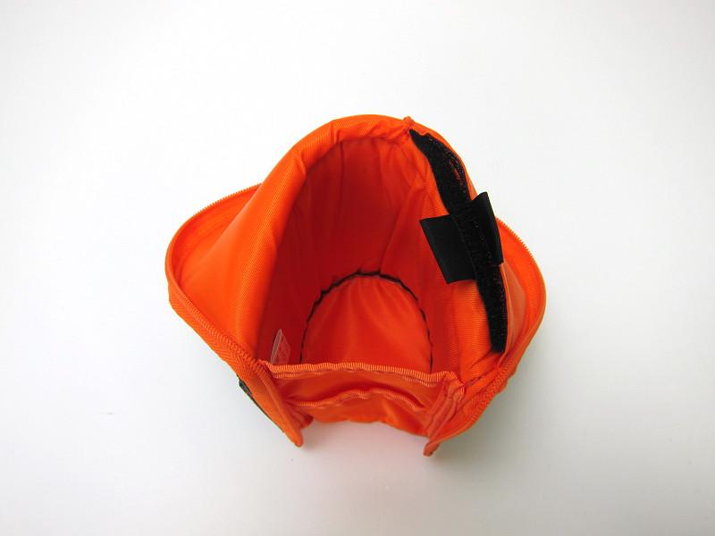 ファスナーを閉じている時よりも底面積が広がり、安定して立つ。底面のサイズは65×80mm(幅×奥行き)