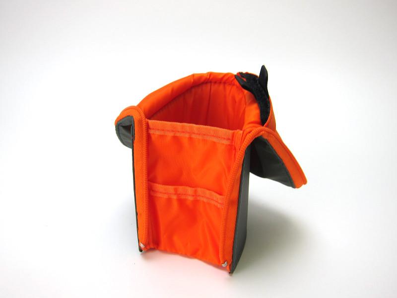 さらに上部は折れる。これにより、中にいれた文具が取り出しやすくなる。本体前面にはポーチが付属