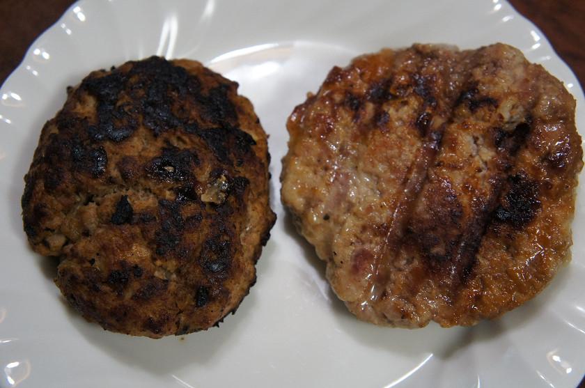 左がフライパン、右がデリデリダイナー。デリデリダイナーのほうが焼き縮みが少ない