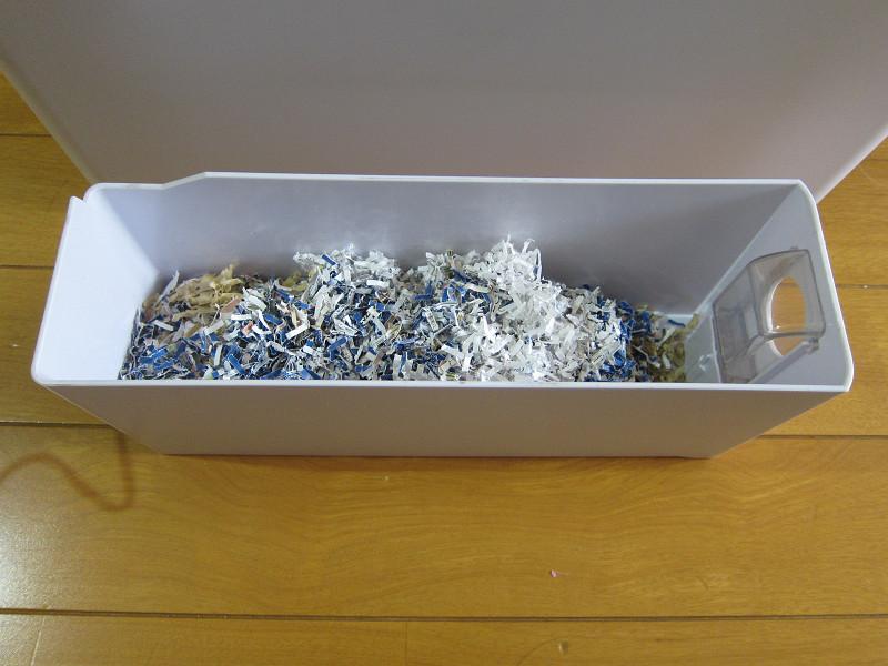 ダストボックスを開けたところ。およそ10枚の紙の切りくずが溜まった