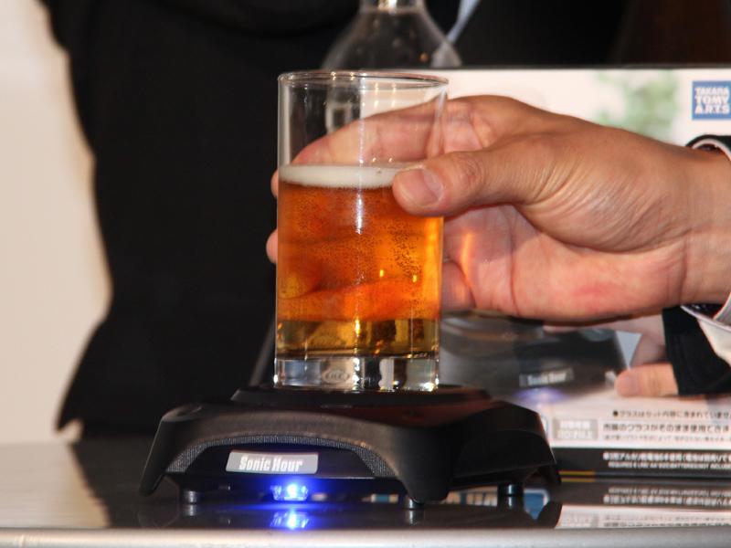 グラスにビールを注ぐ。この時、泡を立てないよう、グラスを傾けて注ぐのがポイント