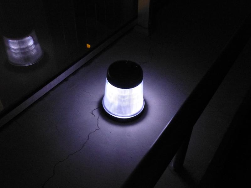 ベランダで点灯した状態。真横と下方向を照らしているのがわかる